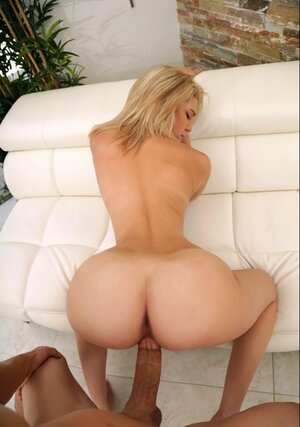 Funny bimbo knows that her tooshie is awesome and chooses perfect poses for it