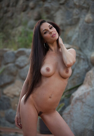 Secluded spot becomes ideal place for MILF with long hair to pose naked